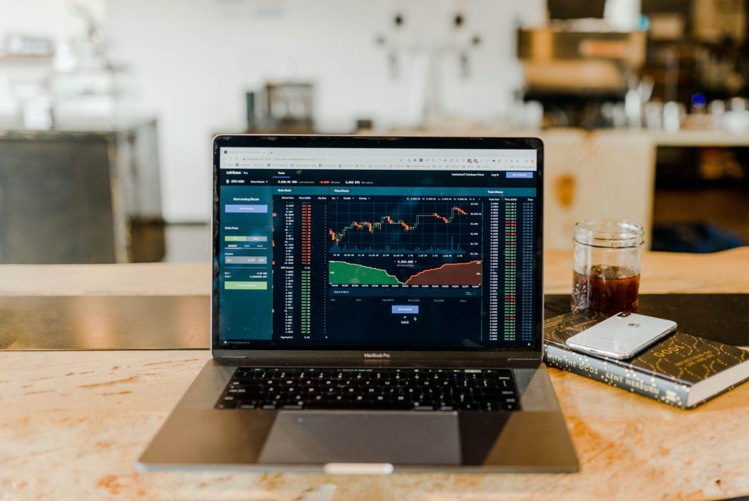 Autor teorie černé labutě Taleb varuje: na akciových trzích roste tail risk