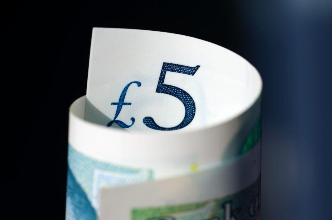 Britská libra mírně posílila vůči euru