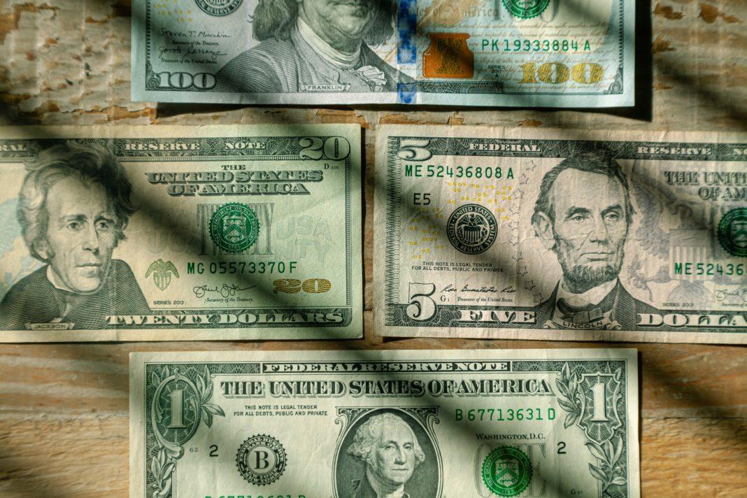 Dolar dále ztrácí. Sráží ho politika Fedu i výroky Donalda Trumpa